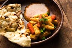 Behandla som ett barn havremasalaen eller curry som tjänas som med indiskt bröd eller roti Royaltyfria Foton