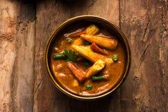 Behandla som ett barn havremasalaen eller curry som tjänas som med indiskt bröd eller roti Royaltyfria Bilder