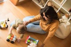 behandla som ett barn henne att leka för moder Arkivbilder