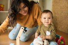 behandla som ett barn henne att leka för moder Fotografering för Bildbyråer