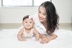 behandla som ett barn henne att leka för moder royaltyfri fotografi