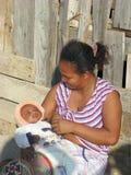behandla som ett barn henne den malagasy modern Royaltyfria Bilder