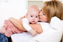 behandla som ett barn henne den nyfödda älska modern Royaltyfri Fotografi