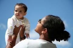 behandla som ett barn henne holdingmodern Royaltyfri Fotografi