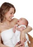 behandla som ett barn henne holdingmodern Royaltyfria Foton