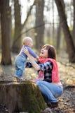 behandla som ett barn henne litet moderbarn Arkivbild