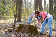 behandla som ett barn henne litet moderbarn Fotografering för Bildbyråer