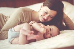 behandla som ett barn henne mamaen Arkivfoton