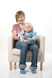 behandla som ett barn henne modern Fotografering för Bildbyråer