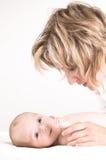 behandla som ett barn henne modern Royaltyfri Fotografi