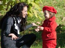 behandla som ett barn henne moderparken royaltyfri fotografi