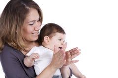 behandla som ett barn henne modersonen Arkivbilder