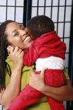 behandla som ett barn henne som kramar mommyen Arkivbilder