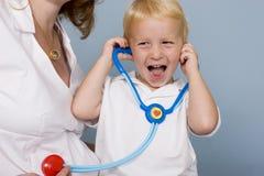 behandla som ett barn hjärtslaget som lyssnar till Royaltyfri Foto