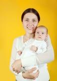 behandla som ett barn holdingmoderbarn Royaltyfria Bilder