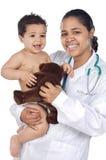 behandla som ett barn holdingsjuksköterskan arkivbild