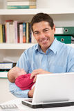 behandla som ett barn home nyfödd working för fadern Royaltyfri Fotografi
