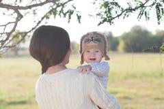 Behandla som ett barn i armar och moder Arkivfoto