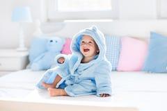 Behandla som ett barn i badrock eller handduk efter bad arkivfoton