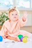 Behandla som ett barn i badrocken efter badet Royaltyfri Foto
