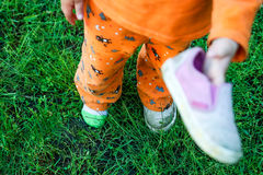 Behandla som ett barn i en en sko arkivfoto