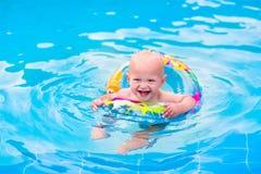 Behandla som ett barn i en simbassäng Arkivbilder