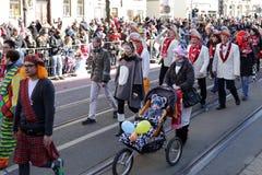Behandla som ett barn i en sittvagn på en karneval Royaltyfri Foto