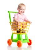 Behandla som ett barn i en supermarketspårvagn Royaltyfri Bild