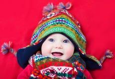 Behandla som ett barn i en vinterhatt Arkivfoto