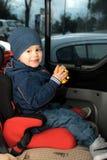 Behandla som ett barn i ett säkerhetsbilsäte. royaltyfri fotografi
