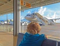 Behandla som ett barn i flygplatsen royaltyfri fotografi