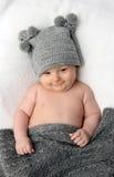 Behandla som ett barn i grå färghatt Royaltyfria Foton