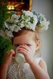 Behandla som ett barn i krans, och klänningen med tyll snör åt sitter på fönsterbrädan, drink av den kopp Känslig lightness för m Fotografering för Bildbyråer