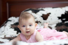 Behandla som ett barn i rosa färgklänning Arkivfoto