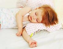 Behandla som ett barn i säng. Royaltyfria Foton