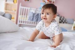 Behandla som ett barn i sängen Royaltyfri Foto