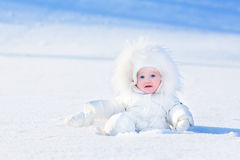 Behandla som ett barn i snow Fotografering för Bildbyråer