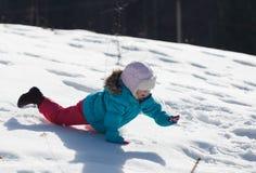Behandla som ett barn i snow arkivfoton