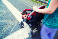Behandla som ett barn i stroller Arkivfoton