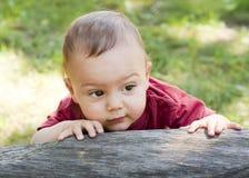 Behandla som ett barn i trädgården Arkivbild