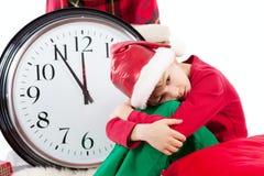 Behandla som ett barn i väntande gåva för den Santa Claus hatten Royaltyfri Foto