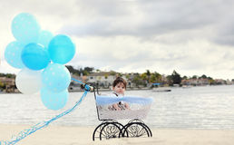 Behandla som ett barn i vagn Royaltyfri Foto