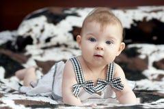 Behandla som ett barn i vitklänning Royaltyfri Foto