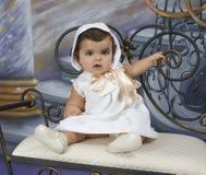 Behandla som ett barn iklädda tappningkläder Fotografering för Bildbyråer