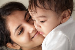 behandla som ett barn indiskt le för moder Arkivbild