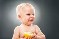 Behandla som ett barn innehavet halverade citronen Arkivbild