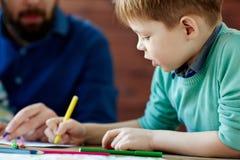 behandla som ett barn isolerade ungen för pojketeckenteckningen illustrationen Royaltyfria Foton