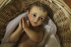 Behandla som ett barn Jesus i en gammal vide- korg royaltyfri foto