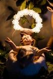 Behandla som ett barn Jesus på krubban Arkivfoton