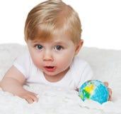 behandla som ett barn jordklotet Arkivbild